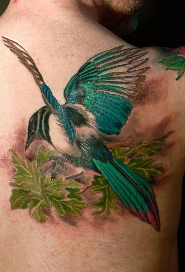 zielony ptak tatuaż na plecach