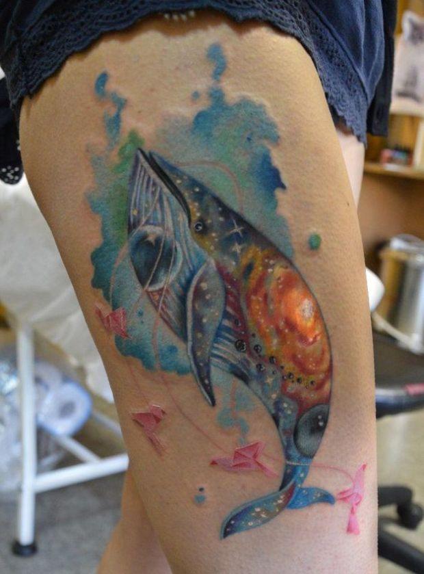 wieloryby tatuaże na uda