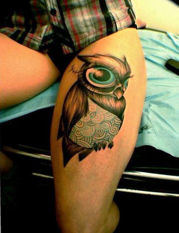 sowa tatuaż na udzie