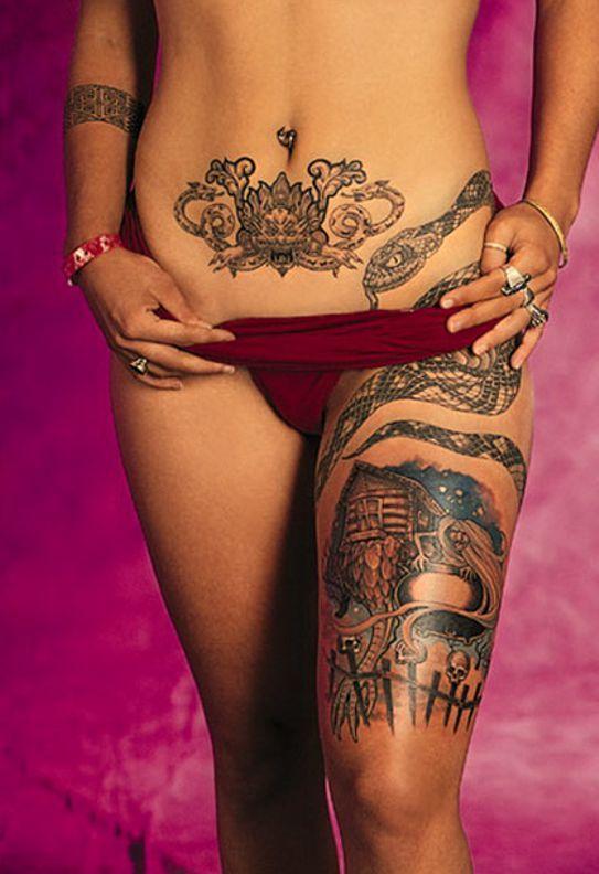 wąż tatuaż na brzuchu