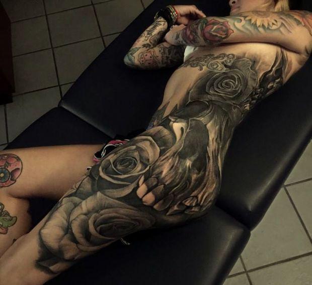 ogromna czaszka tatuaż na biodrze