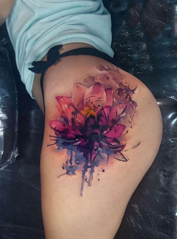 Kwiatek tatuaż na biodrze