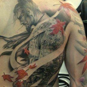samuraj tatuaż na plecach