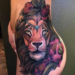 lew tatuaż na biodrze