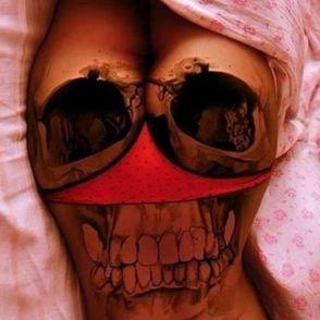 czaszka tatuaż na pośladkach