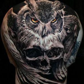 Sowa i czaszka tatuaż na plecach