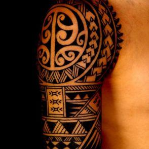 maori tatuaż na ramieniu